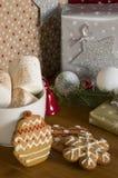 在圣诞节礼物背景的姜饼曲奇饼与marshm 免版税库存图片