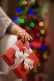 在圣诞节礼物配件箱的特写镜头在女性现有量 免版税库存图片