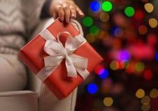 在圣诞节礼物配件箱的特写镜头在妇女现有量 库存照片