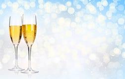 在圣诞节背景的两块香槟玻璃 免版税库存图片