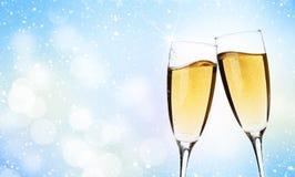 在圣诞节背景的两块香槟玻璃 库存图片