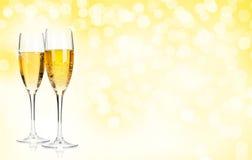 在圣诞节背景的两块香槟玻璃 免版税库存照片
