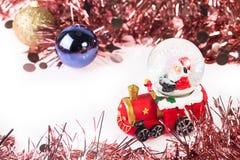 在圣诞节背景的圣诞老人水晶雪球 库存照片