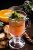 在圣诞节背景的欢乐蔓越桔饮料与冷杉分支和新鲜的莓果,选择聚焦 节假日概念 黑暗的石头 库存照片