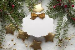 在圣诞节背景的白纸卡片 免版税库存照片