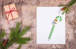 在圣诞节背景的空白纸 克劳斯信函圣诞老人 库存照片