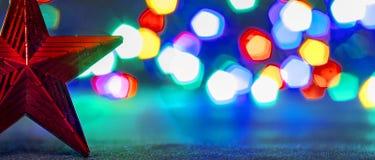 在圣诞节背景的红色星  免版税图库摄影