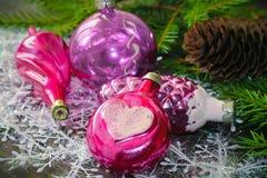 在圣诞节背景的葡萄酒桃红色圣诞节装饰  免版税库存图片