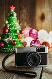在圣诞节背景的葡萄酒照相机与装饰和Chri 免版税库存图片