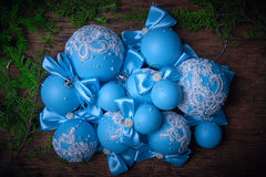 在圣诞节背景的蓝色圣诞节球 冷杉分支 免版税库存照片