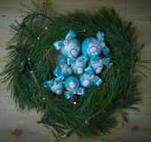 在圣诞节背景的蓝色圣诞节球 冷杉分支 免版税库存图片