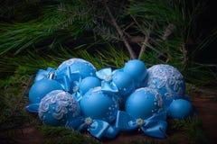在圣诞节背景的蓝色圣诞节球 冷杉分支 图库摄影