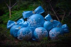 在圣诞节背景的蓝色圣诞节球 冷杉分支 库存图片