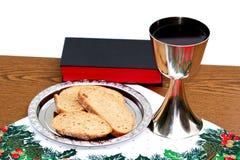 在圣诞节背景的银盘用面包和酒杯 免版税库存图片