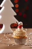 在圣诞节背景的雪人杯形蛋糕 库存图片