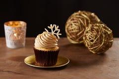 在圣诞节背景的雪花杯形蛋糕 免版税库存照片