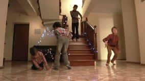 在圣诞节舞蹈期间的男孩的手倒立 股票录像