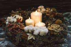 在圣诞节花圈的三个白色蜡烛 库存照片