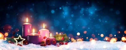 在圣诞节花圈的出现蜡烛 图库摄影