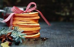 在圣诞节薄煎饼的红色白色丝带 免版税库存照片