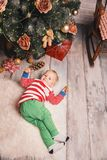 在圣诞节装饰中的愉快的儿童男孩在家 免版税库存图片