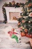 在圣诞节装饰中的愉快的儿童男孩在家 免版税库存照片