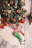 在圣诞节装饰中的愉快的儿童男孩在家 库存图片