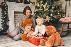 在圣诞节装饰中的愉快的家庭在家 免版税图库摄影