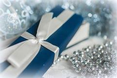 在圣诞节装饰中的礼物盒 免版税库存图片