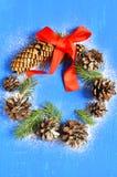 在圣诞节装饰的云杉和杉木锥体缠绕 库存照片