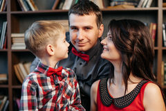 在圣诞节装饰的愉快的年轻家庭,特写镜头 免版税库存图片