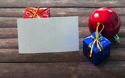 在圣诞节装饰的空白的名片在木背景 免版税库存图片