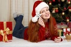 在圣诞节装饰的美好的女孩谎言 家庭内部、杉树和礼物 除夕和寒假概念 库存图片