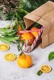 在圣诞节装饰的蜜桔 免版税库存照片