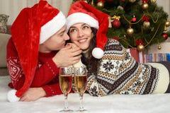 在圣诞节装饰的年轻夫妇谎言 与礼物和杉树的家内部 新年假日概念 爱和柔软 库存照片
