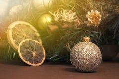 在圣诞节装饰背景的小银色圣诞节球  免版税库存照片