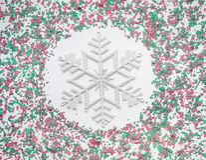 在圣诞节装饰颜色的五彩纸屑与在白色的雪花 免版税库存照片