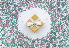 在圣诞节装饰颜色的五彩纸屑与礼物盒 免版税库存照片