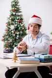 在圣诞节销售期间的telesales操作员在电话 图库摄影