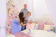 在圣诞节门限的愉快的家庭与在地平线上方的其中每一沟通 免版税库存图片