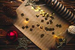 在圣诞节闪亮金属片和木背景背景的干净的卡片  库存图片