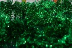 在圣诞节闪亮金属片绿色的整个框架的纹理 库存图片