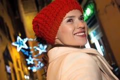 在圣诞节附近佛罗伦萨神奇街道的妇女步行  免版税库存图片