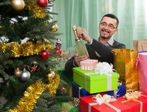 在圣诞节附近的愉快的成熟人 免版税库存图片