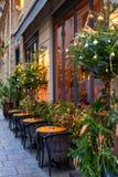 在圣诞节附近的法国餐馆 免版税库存照片