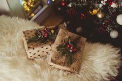 在圣诞节附近的礼物 免版税图库摄影