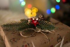 在圣诞节附近的礼物 免版税库存图片