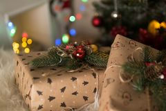 在圣诞节附近的礼物 图库摄影