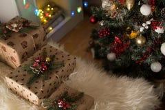 在圣诞节附近的礼物 免版税库存照片