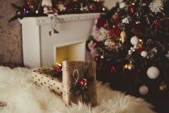 在圣诞节附近的礼物 库存照片